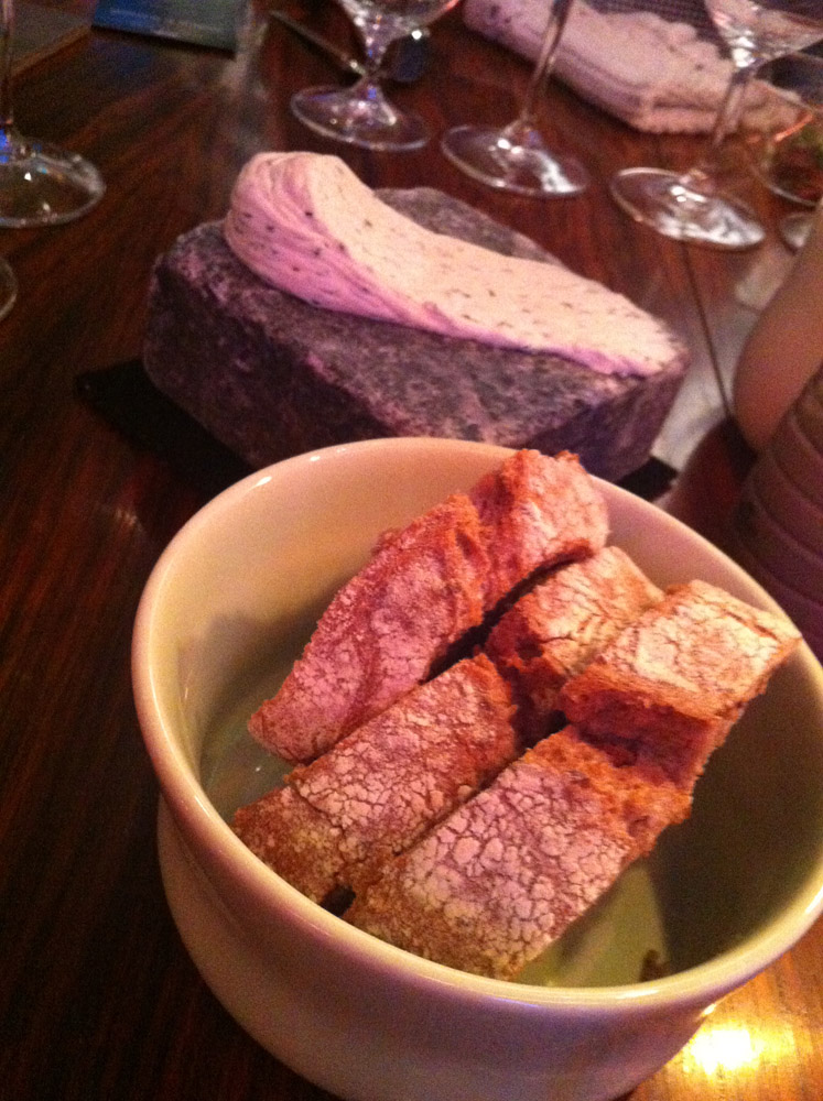 Hjemmebagt brød og ostecreme på brosten