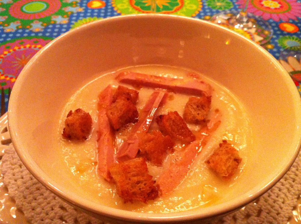 Cremet blomkålssuppe, foie gras og brødcroutoner