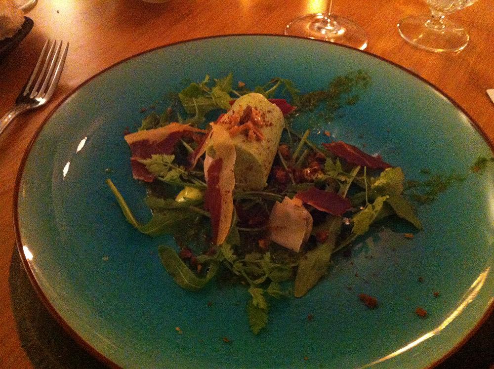 Kyllingerulle med urter, sprøde salater og lufttørret italiensk skinke