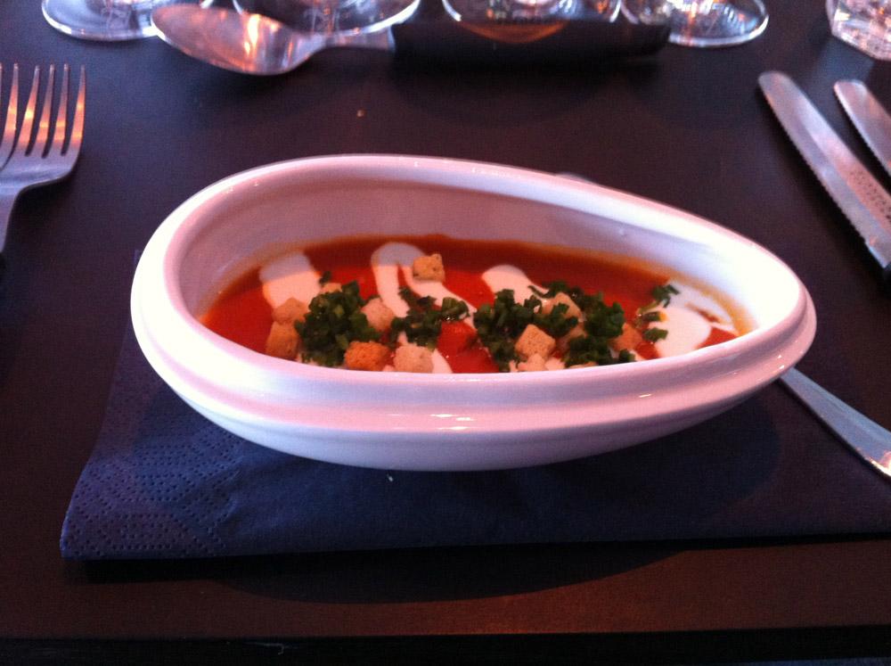 Letgeleret gazpacho suppe med pickles på middelhavs grøntsager, hvidløgscroutonser, syrnet fløde & koldpresset olivenolie