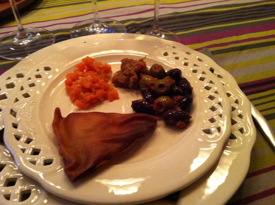 Kogte oliven med tomatsauce, gulerodsdip, auberginepuré og sprøde fladbrød