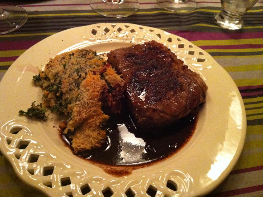 Rib-eye steaks og brødbudding med pastinak-grønkålsmos med snert af chorizo