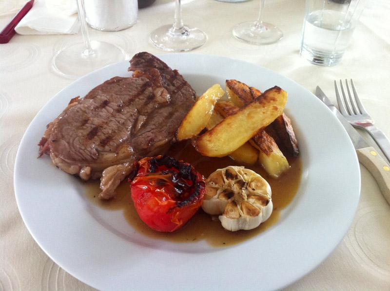 Grillede US Ribeye-steak med kartoffelstave m/timian og bagte tomater og hvidløg