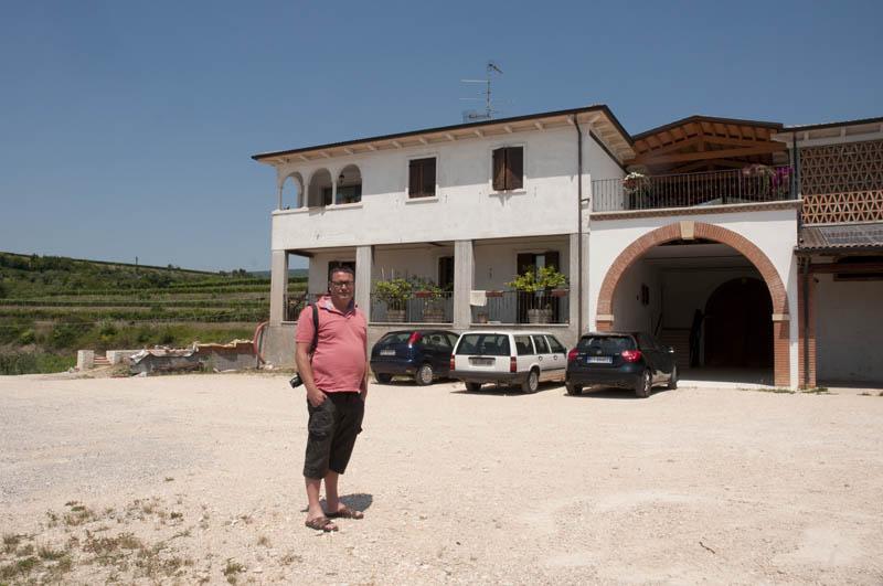 Bussola - Jesper foran vinhuset