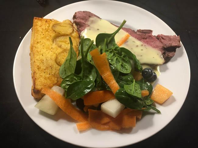 Oksefilet med bagt kartoffelmos og salat med melon