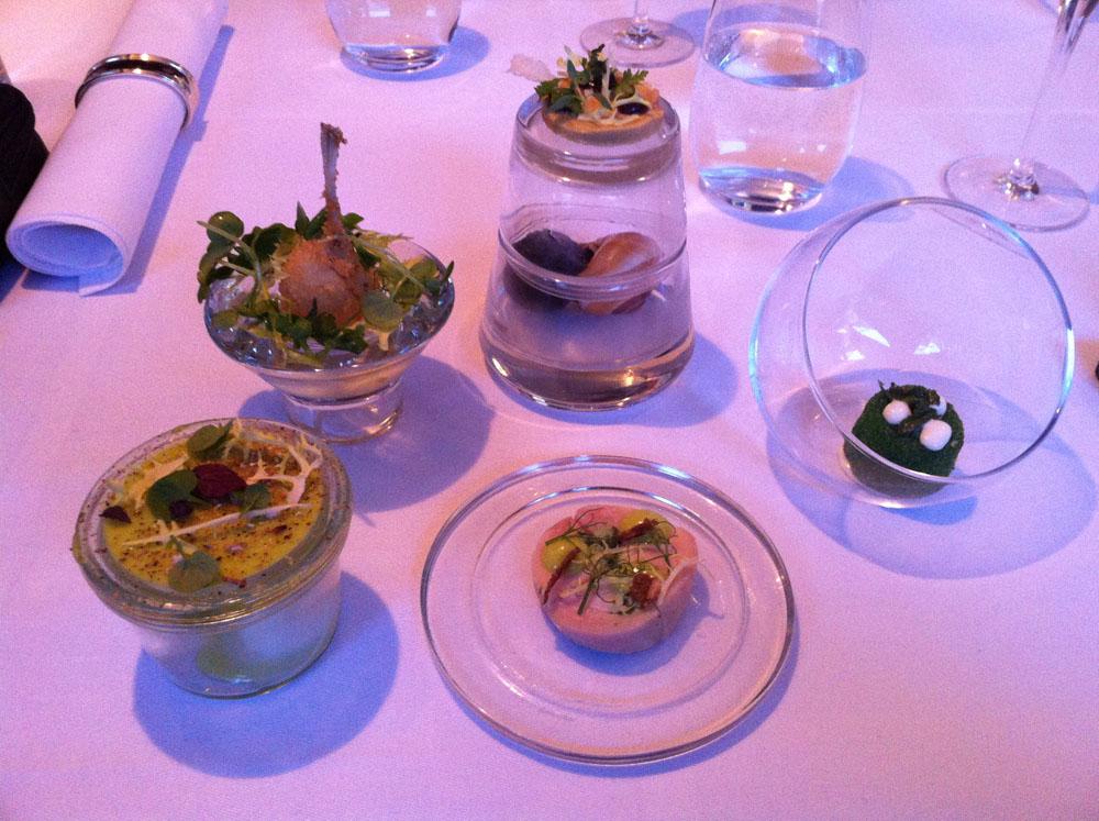 Terrine af kaninryg, røget vagtelæg, friteret frølår, sneglecrouquette m/foie gras terrine, friteret gedeost og persille