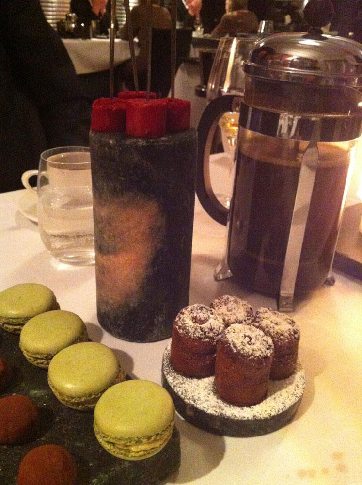 Hindbærsorbet, chokolade fondant og macarons