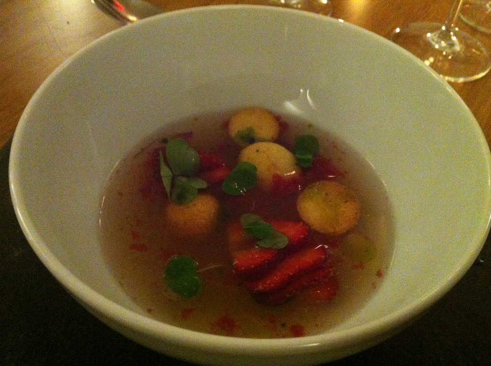 Koldskålsconsommé med jordbær, hjemmelavede kammerjunkere og skovmærke