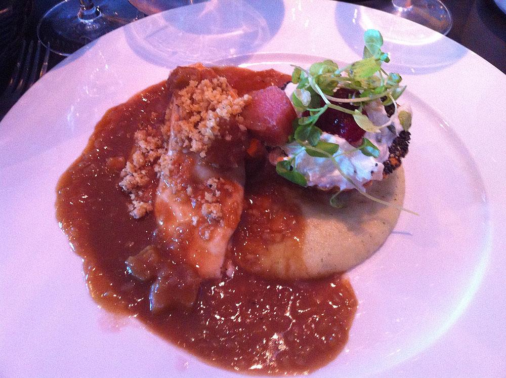 Unghane på 2 måder som dampet bryst & egen salat med champignon & slikporrer, mousseline på nye danske kartofler med tørsaltet bacon, råsyltede rabarber & sauce med bløde løg & persille