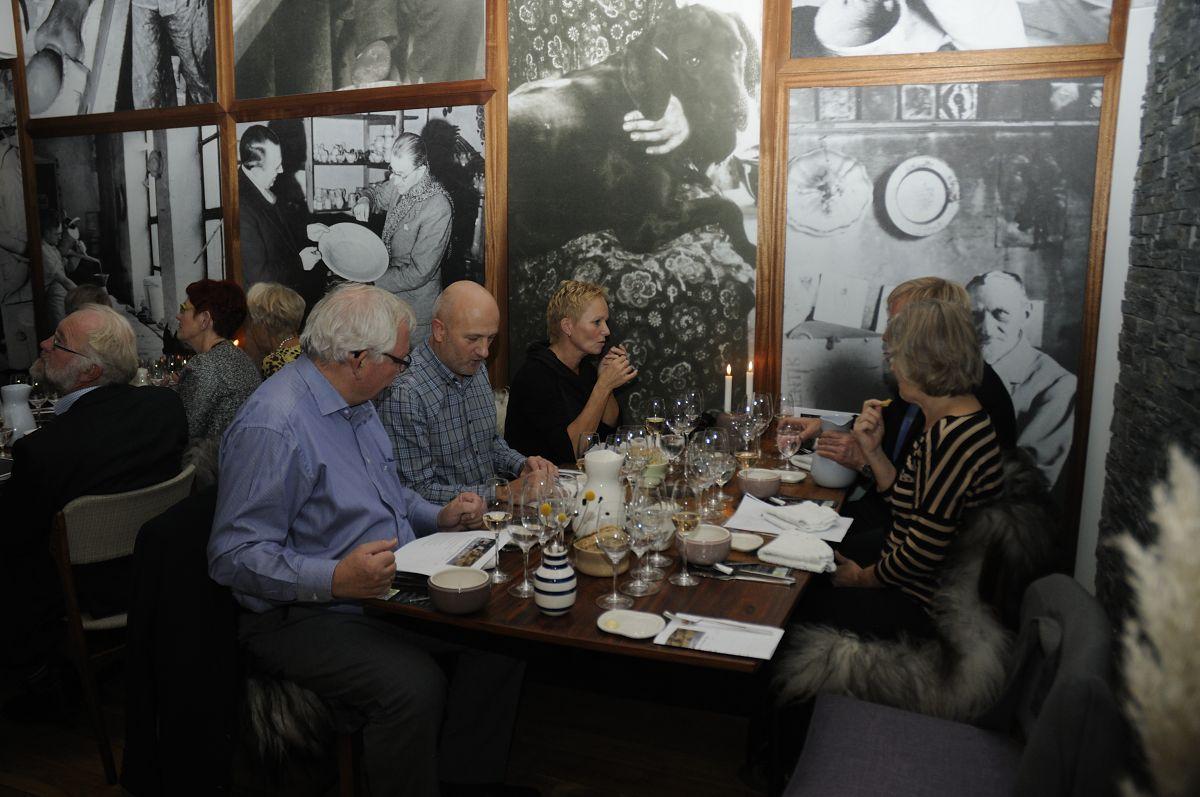 Flot restaurant med gamle fotos på væggene