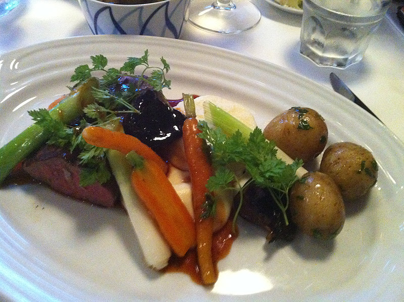 Oksemørbrad - nye løg - gulerod - hvidløg - sauce