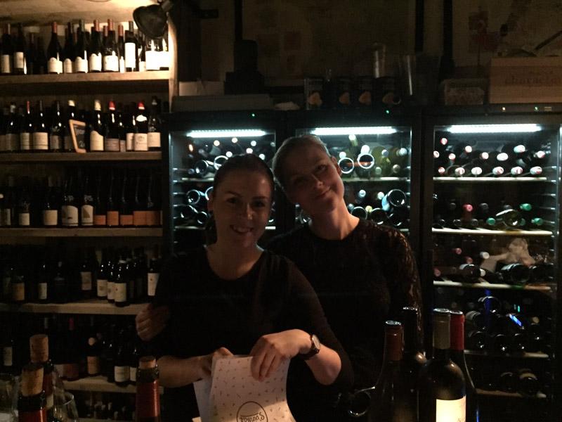 Karina og Sabina på Svinbar