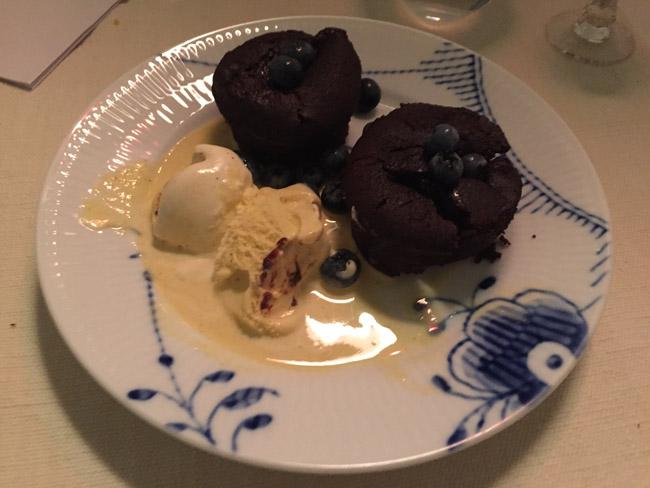 Chokoladekage og vaniljeis