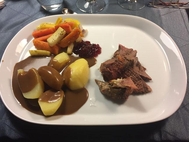 dyrekoelle-med-kartofler-roedvinssauce-og-rodfrugter
